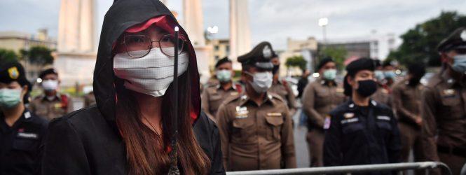 Harry Potter y el misterio de por qué en Tailandia protestan con los uniformes de Hogwarts