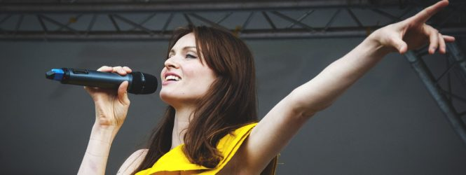 Sophie Ellis-Bextor revive los inicios del milenio con su versión de 'Crying at the Discotheque'
